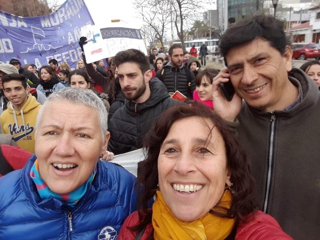 Alejandra, en una marcha,  acompañando al Cispren en Río cuarto.